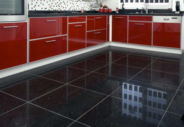 глянцевая чёрная плитка на кухне