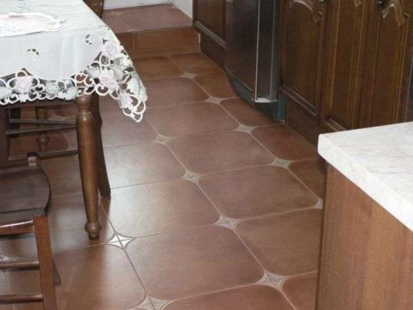 плитка с закруглёнными концами на полу кухни