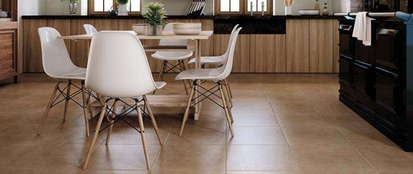 бежевая керамическая плитка на полу кухни