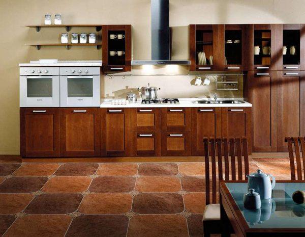коричневая плитка на полу кухни