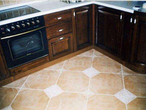 бежевая плитка на полу кухни