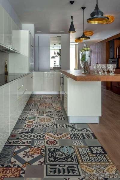 плитка на полу кухни разного размера