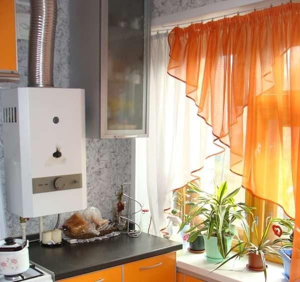 асиметричные шторы для маленькой кухни