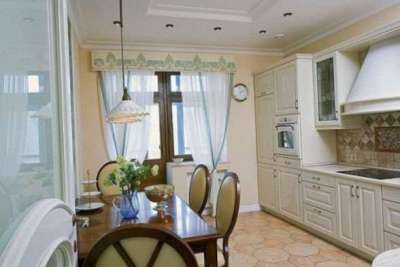 полупрозрачные шторы с люверсом на кухне