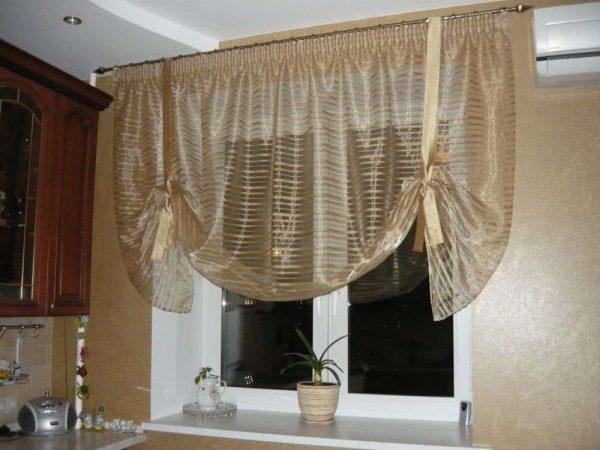 полупрозрачная штора на кухне небольшой