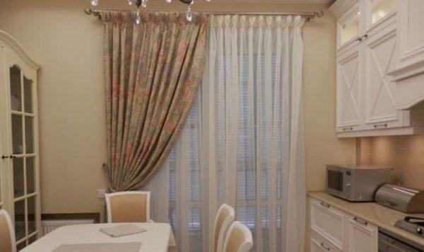 прямые шторы и тюль на кухне