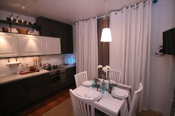 бежевые шторы на небольшой кухне