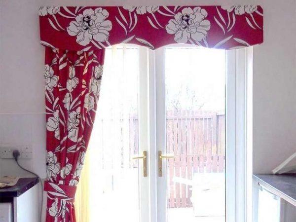 шторы с цветочным принтом и люверсом на кухне