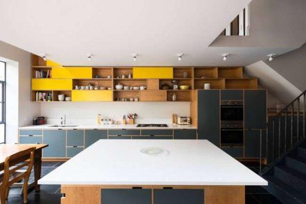 сочетание жёлтого цвета с синим в интерьере кухни
