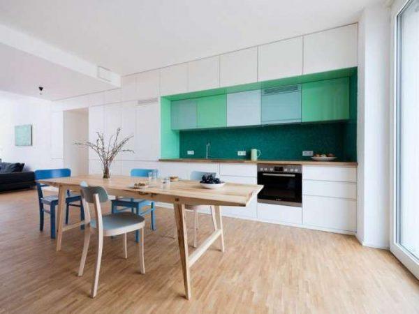 сочетание белого и мятного цвета в интерьере кухни