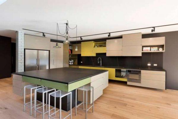сочетание бежевого с зелёным и жёлтым в интерьере кухни