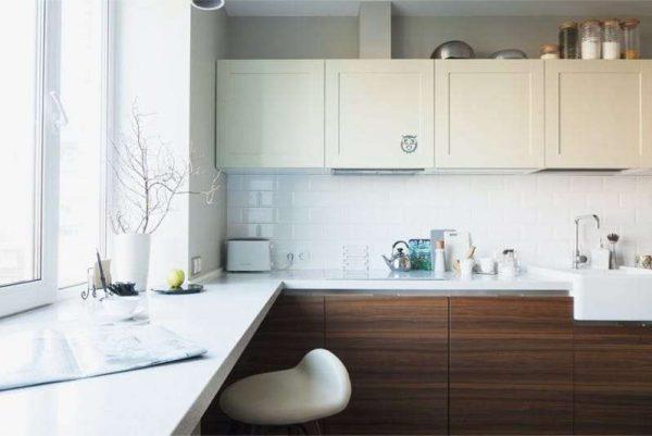сочетание белого с коричневым цветом в интерьере кухни