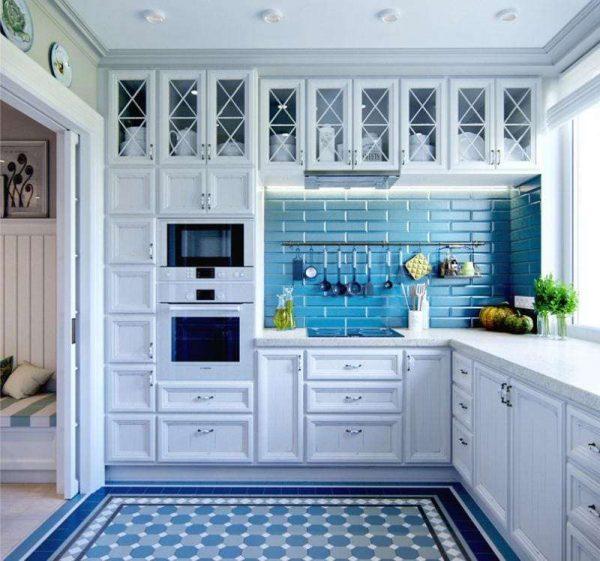сочетание белого с синим в интерьере кухни