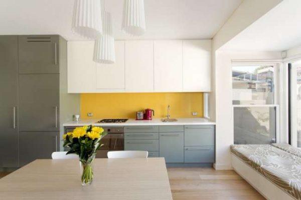 сочетание белого, жёлтого и серого в интерьере кухни
