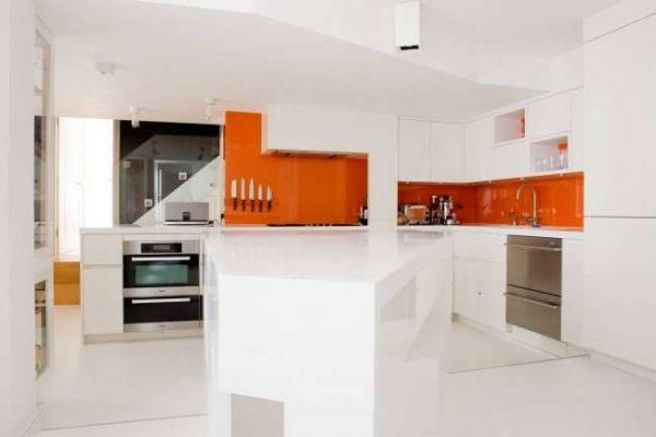 оранжевый с белым в интерьере кухни