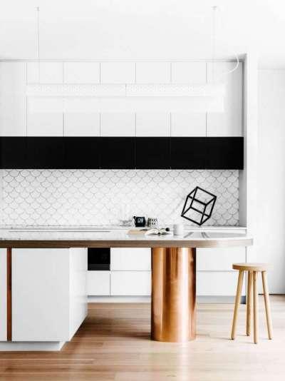 сочетание белого с чёрным и бронзовым цветом в интерьере кухни