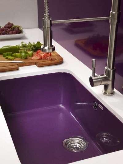сочетание белого с фиолетовым цветом в интерьере кухни