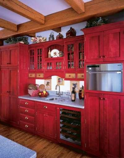 сочетание красного с фиолетовым цветом в интерьере кухни