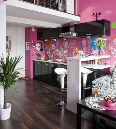 сочетание розового цвета с белым и чёрным в интерьере кухни
