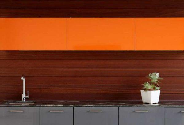 сочетание оранжевого с коричневым в интерьере кухни