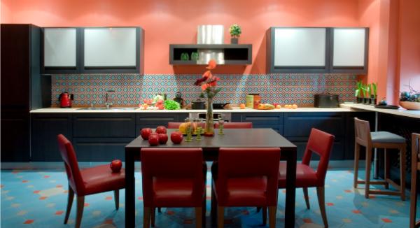 сочетание красного с дургими цветми в интерьере кухни