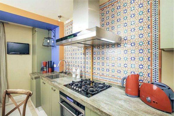 рабочая зона на кухне в средиземноморском стиле