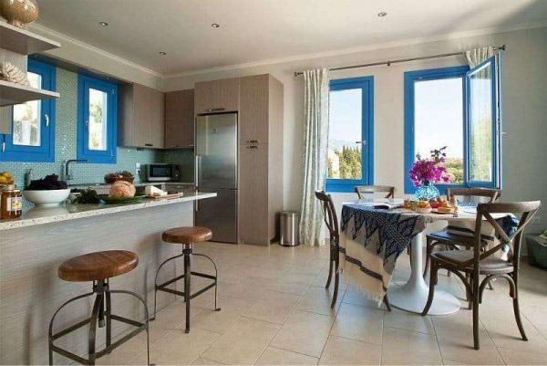 окна с синими рамами на кухне в средиземноморском стиле