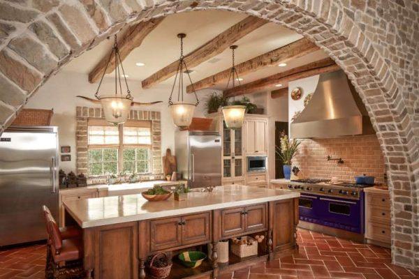 арка кирпичная на кухне в средиземноморском стиле