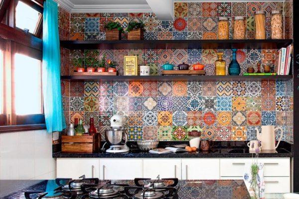 фартук из яркого кафеля на кухне в средиземноморском стиле