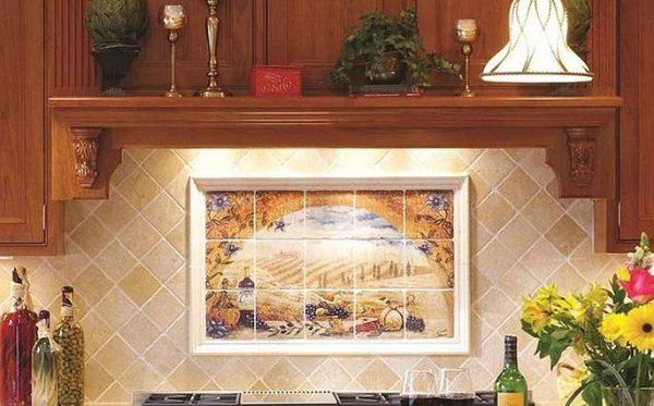 фартук из кафеля бежевого с картиной на кухне в средиземноморском стиле