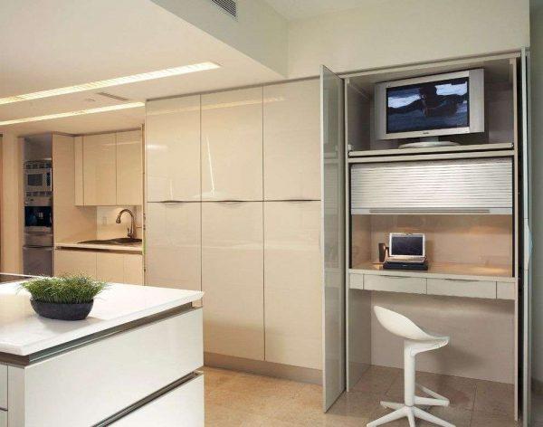 телевизор на полке кухни