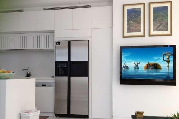 телевизор на кухне с картинами