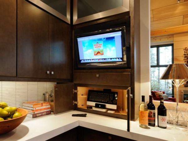 телевизор на кухне в полке