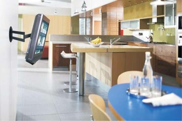 телевизор на кронштейне кухни