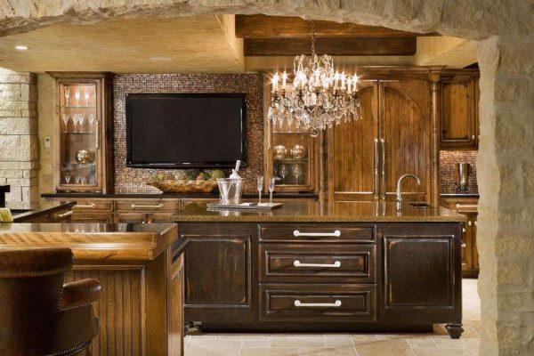 телевизор на деревянной кухне