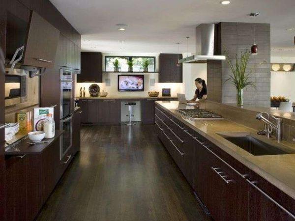 Телевизор на просторной кухне