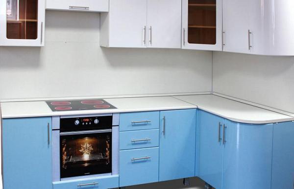 угловая кухня эконом класса в минималистическом стиле