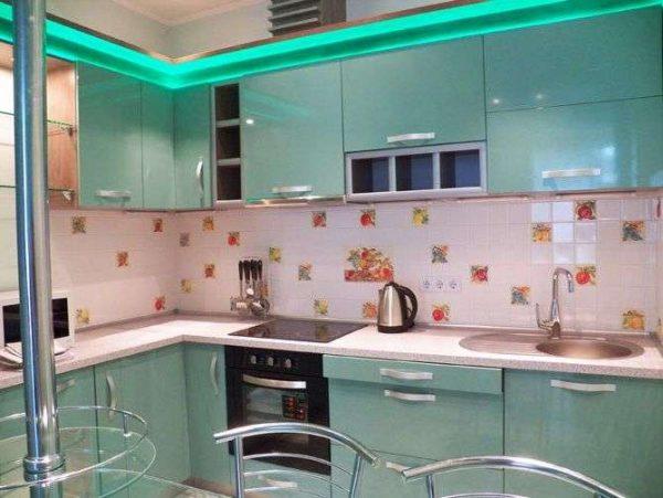 угловая кухня эконом класса с подсветкой