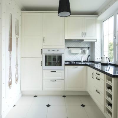 угловая кухня белая у окна
