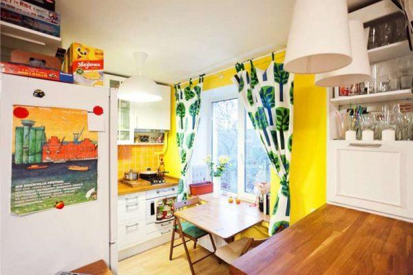 жёльые стены в оформлении угловой кухни для малогабаритной кухни