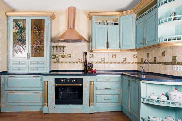 голубой угловой гарнитур на кухне в стиле прованс