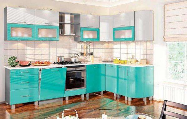 бирюзовый угловой гарнитур на маленькой кухне
