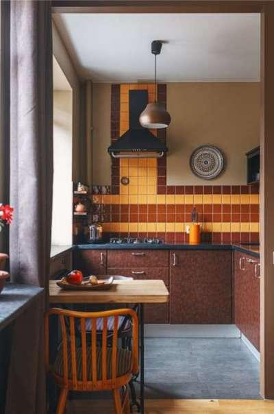 угловая коричневая кухня с обеденным столом для малогабаритной кухни