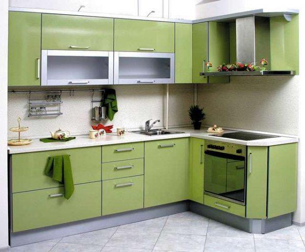 зелёный угловой гарнитур на малогабаритной кухне