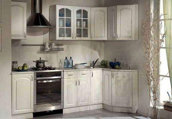 угловой светлый гарнитур на малогабаритной кухне