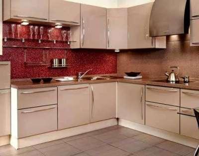 красный фартук на угловой маленькой кухне
