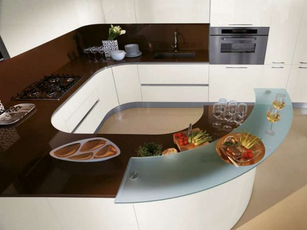 угловой гарнитур на маленькой кухне с полукруглой барной стойкой