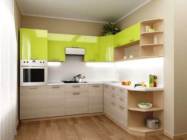 угловой гарнитур на маленькой кухне с зелёными фасадами