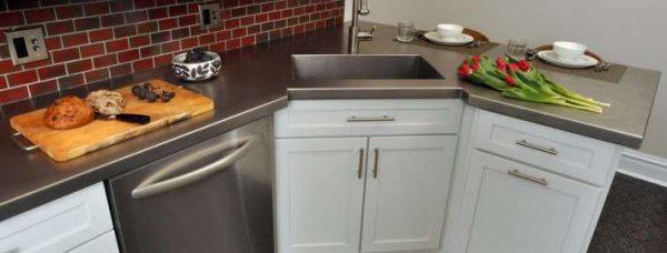 нижние шкафы углового гарнитура на маленькой кухне