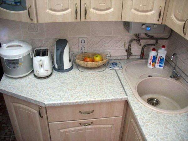 рабочая поверхность угловой кухни маленькой